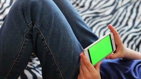 Holdingstouchscreen Apparaat, Close-up van tienerhanden die een slimme telefoon met behulp van chroma-sleutel, het groen-scherm stock footage