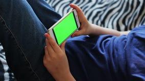 Holdingstouchscreen Apparaat, Close-up van tienerhanden die een slimme telefoon met behulp van chroma-sleutel, het groen-scherm stock video