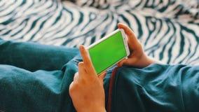 Holdingstouchscreen Apparaat, Close-up van vrouwelijke handen die een slimme telefoon met behulp van chroma-sleutel, het groen-sc stock video