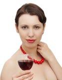 Holdingweinglas der jungen Frau stockbild
