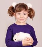 Holdingzwerghäschen des kleinen Mädchens Lizenzfreie Stockfotos