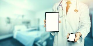 Holds Smartphone医生和有拷贝空间的数字式片剂和屏幕的裁减路线 库存图片