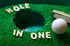Hole-in-One-Golf lizenzfreie stockfotografie