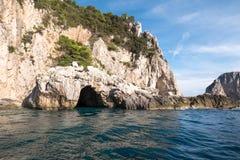 Holen in de klippen op het Eiland Capri in de Baai van Napels, Italië Gefotografeerd terwijl op een rondvaart rond het eiland royalty-vrije stock foto