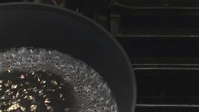 Holen des Wassers, um zu kochen stock footage