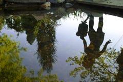 Holen eines Eimers Wassers. Wasserauszug Stockfotografie