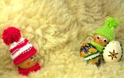 Holen von zwei Ostereiern als Geschenk Stockbild