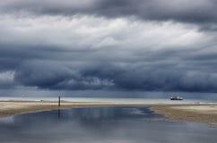 Holender chmurnieje z łodzią rybacką Obrazy Stock