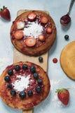Holender eierkoeken, jajeczny ciastko z marmoladą na drewnianej tnącej desce fotografia stock