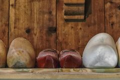 Holenderscy drewniani chodaki z rzędu obraz royalty free