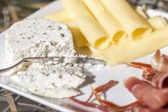 Holenderscy i Francuscy sery z jamon dla śniadania Z nożem Fotografia Royalty Free