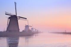 Holenderscy wiatraczki przy wschodem słońca w zimie przy Kinderdijk Fotografia Stock