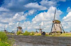 Holenderscy wiatraczki z kanałowymi odbiciami przy Kinderdijk, Netherland Obraz Royalty Free