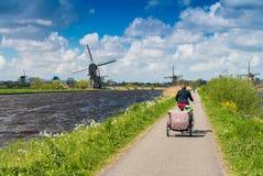 Holenderscy wiatraczki z kanałowymi odbiciami przy Kinderdijk, Netherland Fotografia Royalty Free