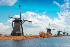 Holenderscy wiatraczki z kanałowymi odbiciami przy Kinderdijk, Netherland Fotografia Stock
