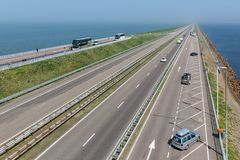 Holenderska autostrada przy afsluitdijk między Friesland i Holandia Fotografia Royalty Free