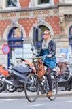 Holenderska blond dziewczyna na jej bicyklu, Amsterdam, holandie Obrazy Stock