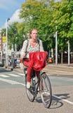 Holenderska blond dziewczyna na jej bicyklu, Amsterdam, holandie Fotografia Royalty Free