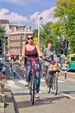 Holenderska dziewczyna na jej bicyklu, Amsterdam, holandie Obrazy Stock