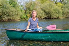 Holenderska kobieta z paddle w czółnie na rzece obraz royalty free