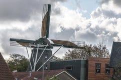 Holenderska wiatraczek pozycja w wiosce zdjęcie stock