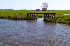 Holenderska wieś z drogą wodną i bramą Zdjęcie Stock