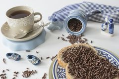 Holenderski śniadanie z chleba, hagelslag, herbaty i Delfts błękita pamiątką czekolady gradową, zdjęcie stock