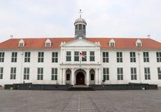Holenderski kolonialny budynek i miejscowi chodzimy przez Fatahillah kwadrata w Starym miasteczku, D?akarta zdjęcia stock