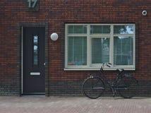 Holenderski rower pod okno obrazy stock