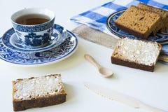 Holenderski spiced chleb nazwany Ontbijtkoek lub Peperkoek Na biel stole zdjęcia royalty free