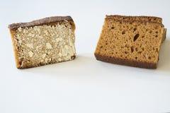 Holenderski spiced chleb nazwany Ontbijtkoek lub Peperkoek Na biel stole fotografia stock
