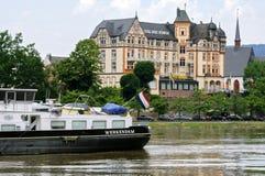 Holenderski statek dalej, historyczny budynek przy Moselle i zdjęcie royalty free