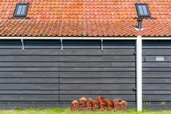 Holenderski tradycyjny wiejski dom z kafelkowym dachem i wysokim kominem obrazy royalty free