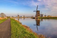 Holenderski wiatraczek przy Kinderdijk wioską zdjęcie royalty free