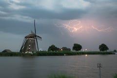 Holenderski wiatraczek z błyskawicą blisko rzecznego Rotte, Holandia zdjęcie royalty free