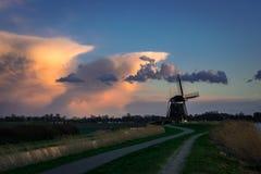 Holenderski wiatraczek z burz chmurami w tle blisko miasteczka Zevenhuizen, Holandia fotografia stock