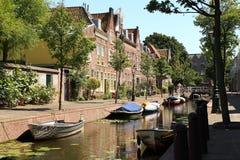 Holenderskie Kanałowe łodzie i domy Zdjęcia Stock