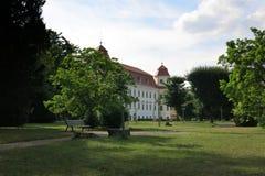 HOLESOV, REPÚBLICA CHECA - 25 DE JULIO: Castillo y jardín barrocos adentro Fotografía de archivo libre de regalías