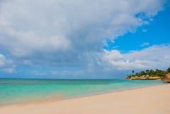 Holguin, пляж Guardalavaca, Куба: Карибское море с красивой водой сине-бирюзы и нежными песком и пальмами Земля рая Стоковые Фотографии RF