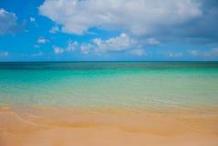 Holguin, пляж Guardalavaca, Куба: Карибское море с красивой водой сине-бирюзы и желтым песком Ландшафт рая Стоковые Изображения RF
