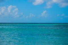 Holguin, пляж Guardalavaca, Куба: Карибское море с малыми волнами Стоковые Изображения RF