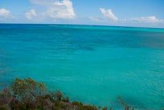 Holguin, Cuba : Beau paysage avec la turquoise de mer des Caraïbes Photo stock