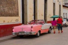 Holguin, Cuba : la rétro vieille voiture rose a garé sur une rue au centre de la ville Images libres de droits