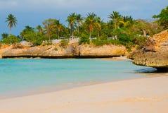 Holguin, Guardalavaca-Strand, Cuba: Caraïbische overzees met mooi blauw-turkoois water en zachte zand en palmen Paradijsland royalty-vrije stock afbeeldingen