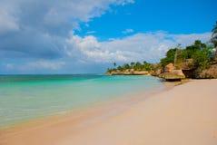 Holguin, Guardalavaca-Strand, Cuba: Caraïbische overzees met mooi blauw-turkoois water en zachte zand en palmen Paradijsland stock foto