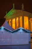 holi的被阐明的维尔纽斯大教堂和圣诞节市场报亭 免版税库存图片