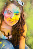 holi颜色节日的愉快的女孩 免版税图库摄影