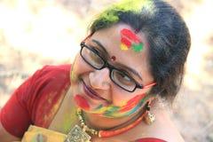 holi颜色节日的愉快的逗人喜爱的微笑的妇女 免版税库存照片