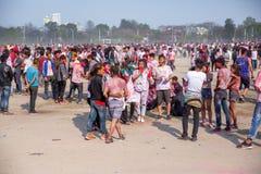 Holi το φεστιβάλ του εορτασμού χρωμάτων σε Tundikhel Κατμαντού Νεπάλ στοκ εικόνα