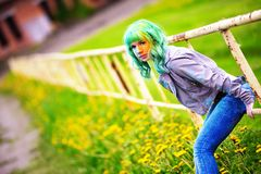 holi颜色节日的画象愉快的女孩关于老篱芭 免版税图库摄影